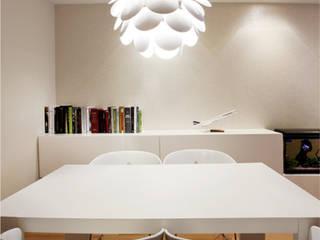 Comedor blanco y sencillo de estilo moderno: Comedores de estilo  de Gemmalo arquitectura interior