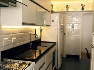 Cozinha Apartamento Copacabana - Rio de Janeiro: Cozinhas  por Claudia Saraceni