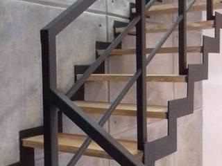 Escalera Metalic: Escaleras de estilo  por Arquitectura 11:11