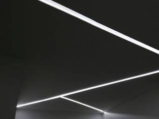 Tagli di luce indiretta da incasso nel controsoffitto: Ingresso & Corridoio in stile  di Eleni Lighting