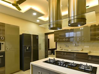 Kitchen:  Built-in kitchens by shritee ashish & associates