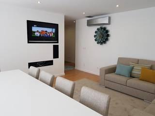 Apartamento de Férias na Apúlia: Salas de estar  por Atelier Kátia Koelho