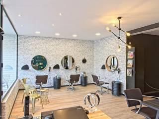 L'Atelier Salon de coiffure - espace coiffage: Locaux commerciaux & Magasins de style  par ATDECO