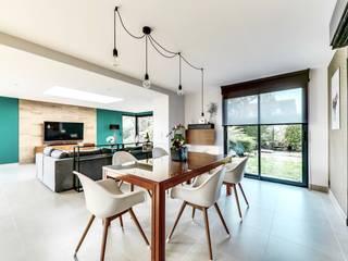 Une extension d'architecte aménagée et décorée: Salle à manger de style  par ATDECO