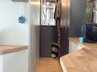 Aménagement d'un 2 pièces de 26 m2 à Paris: Couloir et hall d'entrée de style  par Aurélia Petitet