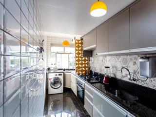 Cozinha Corredor Moderna: Armários e bancadas de cozinha  por Arquit&thai