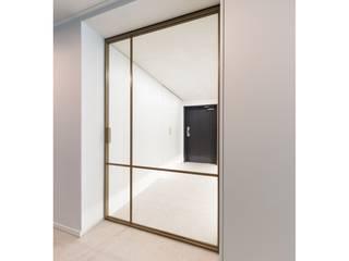 WITHJIS(위드지스) Pasillos, vestíbulos y escaleras de estilo moderno Aluminio/Cinc Ámbar/Dorado