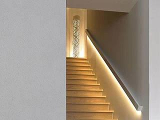 Segnapasso / Battiscopa a cornice per luce diffusa led:  in stile  di Eleni Lighting