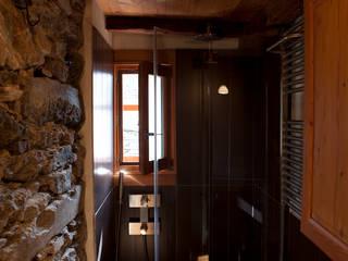 Casa Walser: Bagno in stile  di auge architetti