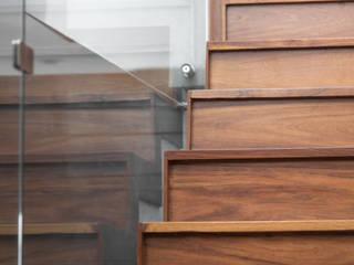 Treppe von TaAG Arquitectura, Minimalistisch Holz-Kunststoff-Verbund