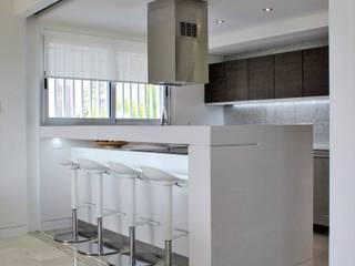 Apartamento en Chulavista: Cocinas de estilo minimalista por RRA Arquitectura