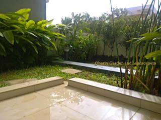 Cherry Garden and Landscapers Jardines de estilo tropical
