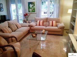 Vista general de sala de estar y comedor: Salones de estilo  de CONSUELO TORRES