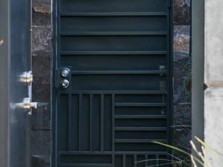 Puerta de acceso.: Puertas principales de estilo  por GPro - Gabinete de Proyectos