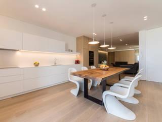 Affaccio sul mare Cucina minimalista di marco tassiello architetto Minimalista
