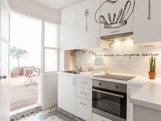 Reforma integral para un estudio de estudiantes en A Coruña: Cocinas integrales de estilo  de Imaisdé Design Studio