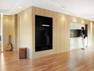Piel de madera que integra todos los usos: Salones de estilo  de Loft 26