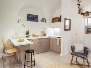 casa vacanze liguria: Cucinino in stile  di Costa Zanibelli associati