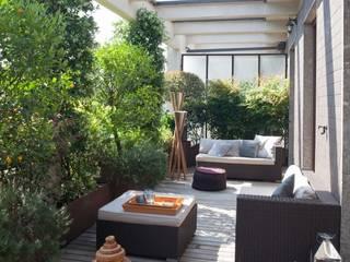 casa con terrazzo: Terrazza in stile  di Costa Zanibelli associati