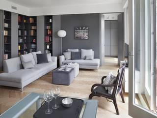 casa con terrazzo: Soggiorno in stile  di Costa Zanibelli associati