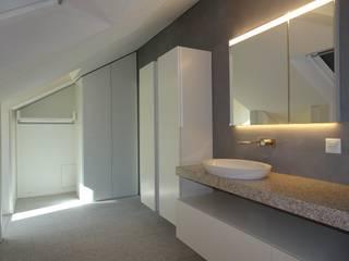 Dachausbau mit Badezimmer: moderne Badezimmer von adriano@kraenzlin.com