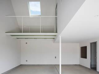 川中島の住宅: ピークスタジオ一級建築士事務所が手掛けたガレージです。