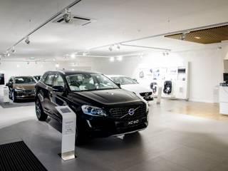 Concessionário de automóveis Volvo - projetores de calha e iluminação de emergência : Stands de automóveis  por Brilumen,Moderno
