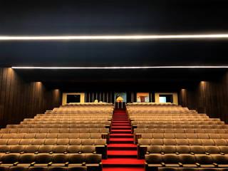 Salones de conferencias de estilo  por Brilumen