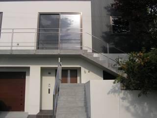 山の手の展望ガレージハウス: アウラ建築設計事務所が手掛けた家です。,モダン
