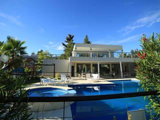 Emprendimiento Boulevard del Sol: Piletas de estilo  por ARQCONS Arquitectura & Construcción