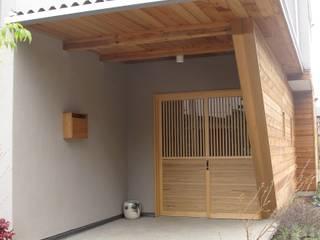 外観 玄関: 株式会社高野設計工房が手掛けた廊下 & 玄関です。