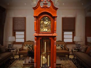 Đồng hồ cây bằng gỗ hương đỏ trang trí phòng khách:   by Cửa hàng bán đồng hồ cây gỗ cao cấp ở Hà Nội