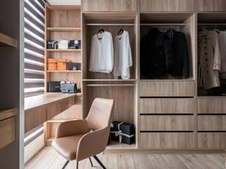 Spogliatoio in stile  di 双設計建築室內總研所, Moderno