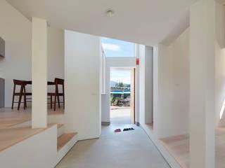 藤原・室 建築設計事務所 Modern corridor, hallway & stairs White