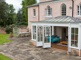 Orangery in Surrey Reflects the period details on the existing property. Konservatori Klasik Oleh Vale Garden Houses Klasik