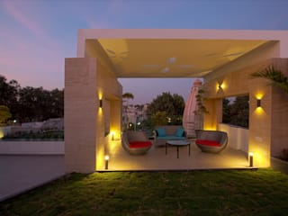 Exterior Seating Design Ideas:  Multi-Family house by Innerspace