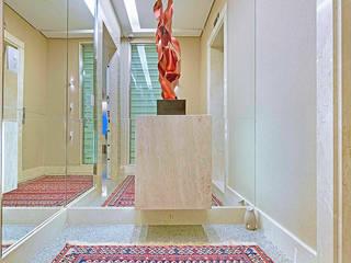 Apartamento contemporâneo de luxo em Fortaleza: Corredores e halls de entrada  por RI Arquitetura