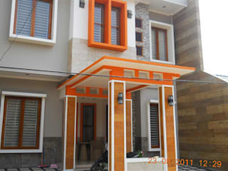 Tampak Depan di Siang Hari:  Rumah tinggal  by Amirul Design & Build