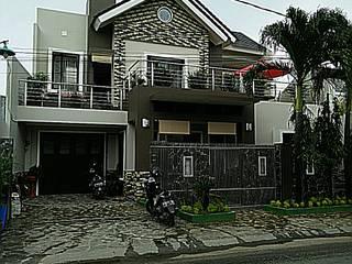 Tampak Rumah Di Siang Hari:  Rumah tinggal  by Amirul Design & Build