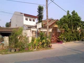 Tampak Rumah sebelum direnovasi:   by Amirul Design & Build