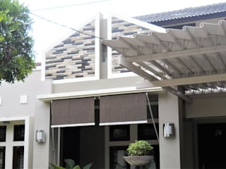 Perspektif Tampak Samping Kanan:  Rumah tinggal  by Amirul Design & Build