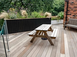 Stockport Deck in the woods Jardines modernos: Ideas, imágenes y decoración de Robert Hughes Garden Design Moderno