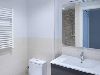 Grupo Inventia Baños de estilo moderno Azulejos Beige
