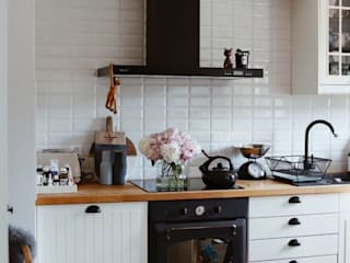 Kuchnia w stylu skandynawskim z czarnym okapem: styl , w kategorii Kuchnia zaprojektowany przez GLOBALO MAX