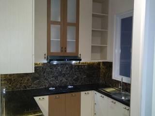 Tampak Kitchen Set dari R. Tamu:  Dapur built in by Amirul Design & Build