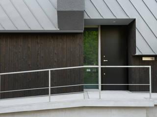 静かな家: 風景のある家.LLCが手掛けた木造住宅です。