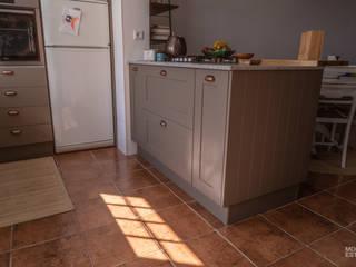 Qualidade moderna com um toque rústico: Cozinha  por Moderestilo - Cozinhas e equipamentos Lda