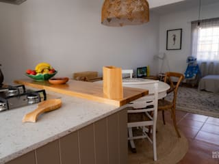 Qualidade moderna com um toque rústico:   por Moderestilo - Cozinhas e equipamentos Lda,Rústico
