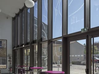 Un hall ouvert vers la ville: Lieux d'événements de style  par Atelier du lieu