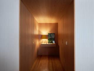Apartamento AML : Corredores e halls de entrada  por DAVID ITO ARQUITETURA